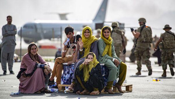 Des femmes et enfants attendent leur vol à l'aéroport de Kaboul - Sputnik France