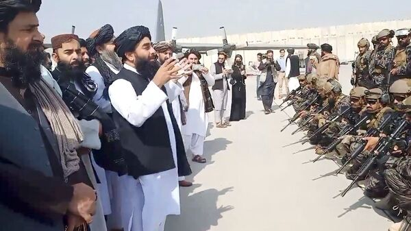 Taliban spokesman Zabihullah Mujahid speaks to Badri 313 military unit at Kabul's airport, Afghanistan August 31, 2021 in this still image obtained from a handout video.  Taliban/Handout via REUTERS   ATTENTION EDITORS - THIS IMAGE HAS BEEN SUPPLIED BY A THIRD PARTY. NO RESALES. NO ARCHIVES.  - Sputnik France