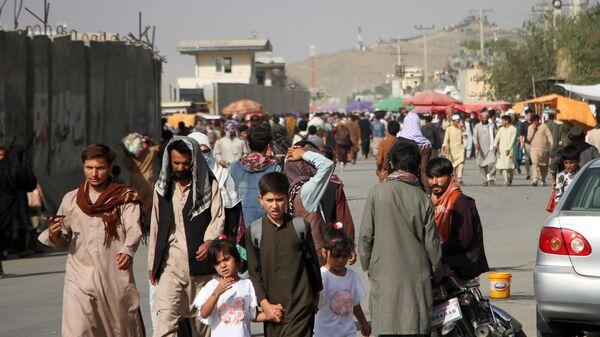 Des Afghans près de l'aéroport de Kaboul - Sputnik France