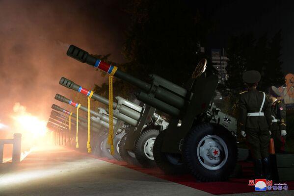 Au lieu du dirigeant, Ri Il-hwan, membre du bureau politique du Parti du travail de Corée et chef du département de la propagande, s'est adressé aux militaires. Il a promis de construire «l'armée du peuple» de toutes les manières possibles et de mettre l'industrie de la défense «sur une base plus élevée et modernisée».Sur la photo: l'artillerie lors du défilé militaire en l'honneur du 73e anniversaire de la fondation de la RPDC. - Sputnik France