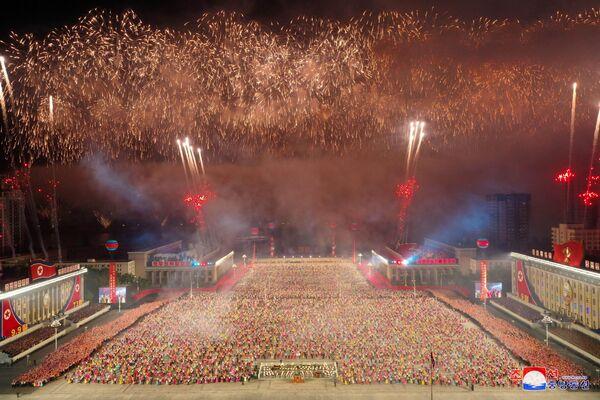 Dans le même temps, le portail d'information américain Daily NK a indiqué qu'un bruit de moteurs d'avions de combat avait été entendu à Pyongyang, ce qui pourrait indiquer leur participation à la partie aérienne du défilé. Par ailleurs, un feu d'artifice a été vu dans le ciel de la capitale nord-coréenne. - Sputnik France
