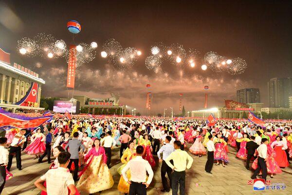 Le précédent défilé militaire à Pyongyang a eu lieu en janvier dernier. Kim Jong-un a alors promis de renforcer l'arsenal nucléaire du pays.Sur la photo: feu d'artifice lors du défilé militaire en l'honneur du 73e anniversaire de la fondation de la RPDC. - Sputnik France