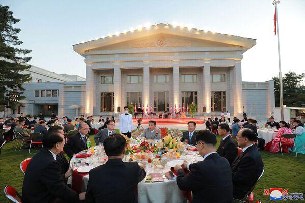 En octobre 2020, les autorités nord-coréennes ont organisé un grand défilé militaire à Pyongyang pour marquer le 75e anniversaire de la fondation du Parti du travail de Corée. Un nouveau missile balistique intercontinental, un missile mer-sol balistique stratégique et d'autres équipements militaires de pointe ont été présentés au défilé.Sur la photo: Kim Jong-un participe aux célébrations marquant le 73e anniversaire de la fondation de la RPDC. - Sputnik France