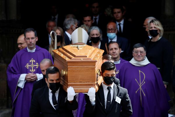 Les obsèques ont eu lieu dans l'une des plus anciennes églises de la capitale française, Saint-Germain-des-Prés. Une foule d'admirateurs s'y est rassemblée pour saluer Bébel une dernière fois. - Sputnik France