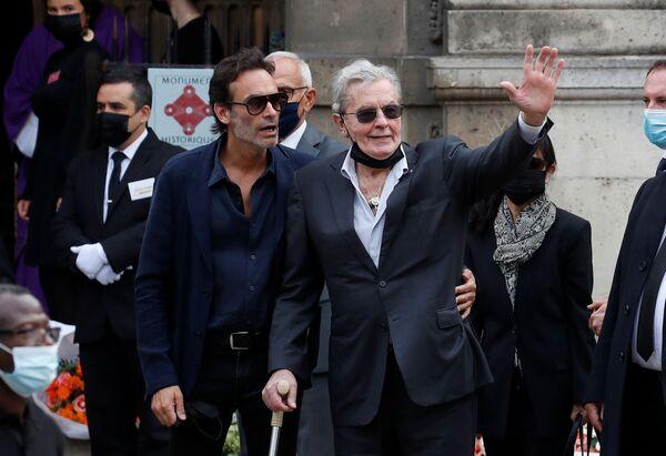 De nombreuses stars sont venues dire au revoir au défunt, dont Claude Lelouch, Pierre Richard et Alain Delon. - Sputnik France