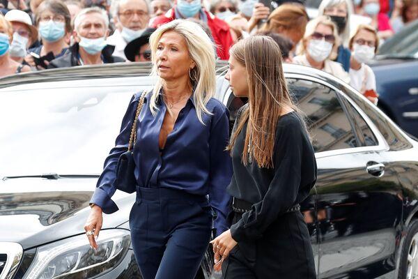 Stella Belmondo, fille du défunt, avec sa mère Natty Tardivel à l'église Saint-Germain-des-Prés, à Paris. - Sputnik France