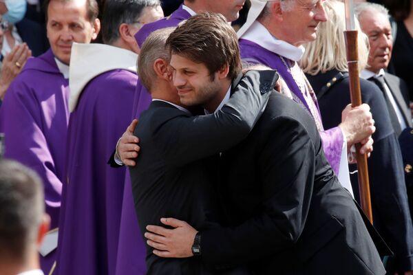 Paul Belmondo, fils du défunt, embrasse son fils Alessandro après la fin de la messe de l'enterrement de Jean-Paul Belmondo. - Sputnik France