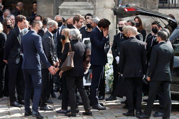 La légende du cinéma français Jean-Paul Belmondo est décédée  le 6 septembre à son domicile parisien, à l'âge de 88 ans.Sur la photo: les proches de Jean-Paul Belmondo quittent l'église Saint-Germain-des-Prés après la fin du service religieux.  - Sputnik France