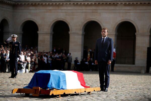 La veille, une cérémonie, dirigée par le Président Emmanuel Macron, a eu lieu aux Invalides. Le chef de l'État a prononcé un discours solennel dans lequel il a qualifié l'acteur de trésor national. À la fin de l'hommage, l'orchestre a interprété Chi Mai d'Ennio Morricone, qu'on entend dans le film Le Professionnel, qui a fait la renommée mondiale de Belmondo. - Sputnik France
