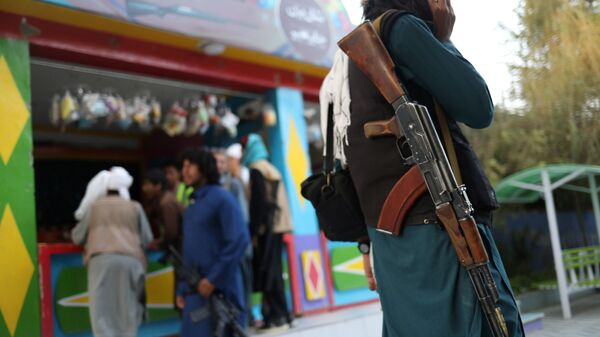 Боец Талибана* с винтовкой в парке развлечений в Кабуле - Sputnik France