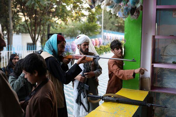 Entre-temps, les talibans* introduisent de nouvelles restrictions concernant la population féminine. Ainsi, il sera interdit aux femmes de s'engager dans la politique et il n'y en aura pas dans le nouveau gouvernement afghan. Sur la photo: des talibans* sur un stand de tir dans un parc d'attractions à Kaboul. - Sputnik France