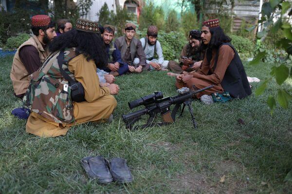 Selon les dirigeants talibans*, les femmes devraient «donner la vie au peuple afghan» et enseigner l'éthique islamique aux enfants. Sur la photo: des talibans* se reposent sur la pelouse d'un parc d'attractions à Kaboul.  - Sputnik France
