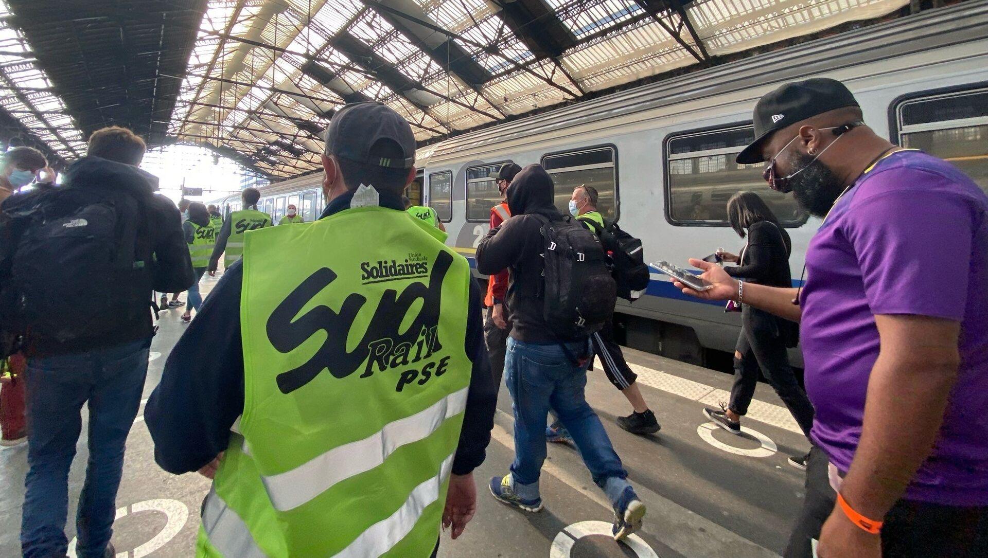 Action des cheminots de Sud Rail à la Gare de Lyon, alors qu'Emmanuel Macron y est présent pour les 40 ans du TGV, le 17 septembre 2021 - Sputnik France, 1920, 17.09.2021