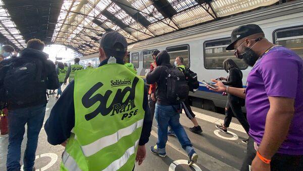 Action des cheminots de Sud Rail à la Gare de Lyon, alors qu'Emmanuel Macron y est présent pour les 40 ans du TGV, le 17 septembre 2021 - Sputnik France