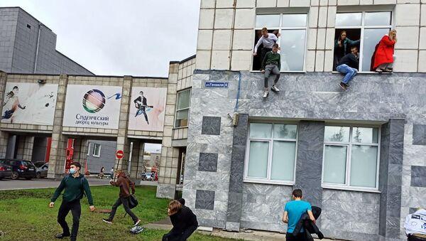 Des étudiants sautant par les fenêtres de l'Université d'État de Perm touchée par une fusillade le 20 septembre - Sputnik France