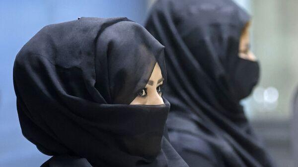 Des femmes afghanes à l'aéroport de Kaboul. Parmi plus de 80 femmes travaillant pour l'aéroport de Kaboul, seules 12 ont repris leurs fonctions. FOCUS de Mohamad Ali Harissi sur le conflit en Afghanistan concernant les femmes qui travaillent - Sputnik France