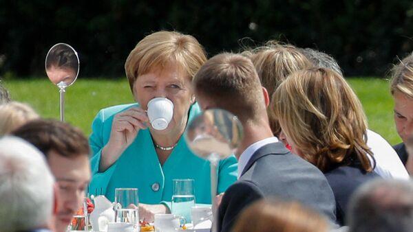 Канцлер Германии Ангела Меркель пьет кофе на мероприятии в Берлине  - Sputnik France