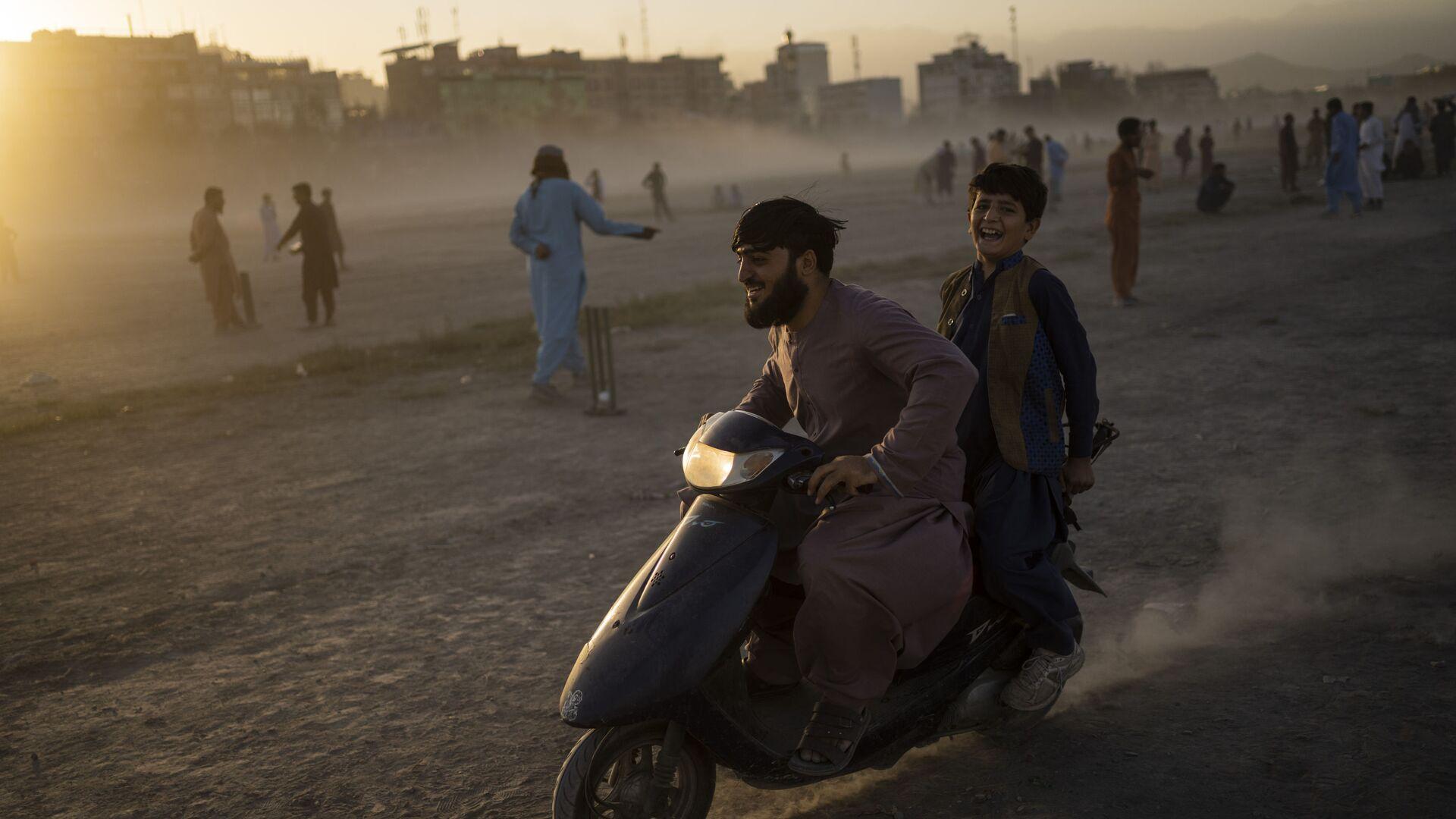 Афганцы катаются на скутере в парке Чаман-э-Хозари в Кабуле - Sputnik France, 1920, 25.09.2021