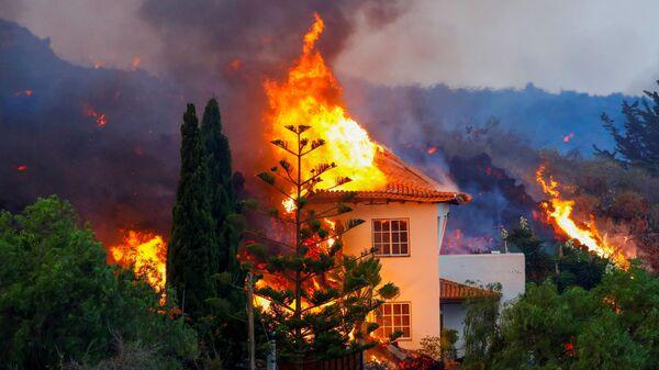 Дом горит из-за лавы в результате извержения вулкана на Канарском острове Ла Пальма - Sputnik France