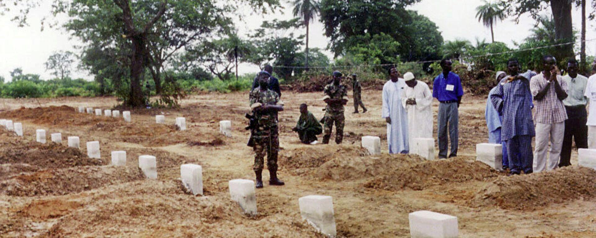 Des civils et militaires sénégalais participent à une cérémonie au cimetière commun de Kantene où sont enterrées les victimes du bateau Joola - Sputnik France, 1920, 27.09.2021