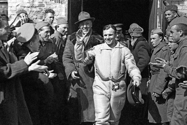 Le 12 avril 1961, le premier vol spatial habité a lieu. Il durera 108 minutes, au cours desquelles le vaisseau Vostok avec Youri Gagarine à bord effectuera une révolution complète autour de la Terre. De nombreux tests de base seront menés pendant le vol: pour la première fois, un homme boira, mangera, prendra des notes et effectuera des calculs mathématiques simples dans l'espace. Avant cela, personne ne savait comment un humain se sentirait en orbite.Sur la photo: Youri Gagarine après l'atterrissage du module de descente du vaisseau spatial Vostok-1 dans la région de Saratov. - Sputnik France