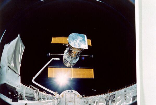 """Lancé en orbite en 1990, le télescope Hubble (sur la photo) devient les """"yeux"""" de l'humanité. Il est capable de regarder plus loin qu'aucun autre télescope et montre les beautés de l'Univers que personne ne pourrait imaginer. - Sputnik France"""