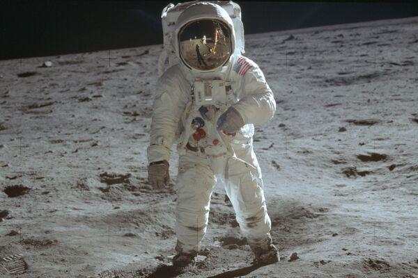 Le 20 juillet 1969, deux membres de la mission Apollo 11, Neil Armstrong et Buzz Aldrin (sur la photo), se posent sur la Lune et passent deux heures et demie sur la surface du satellite naturel de la Terre. - Sputnik France