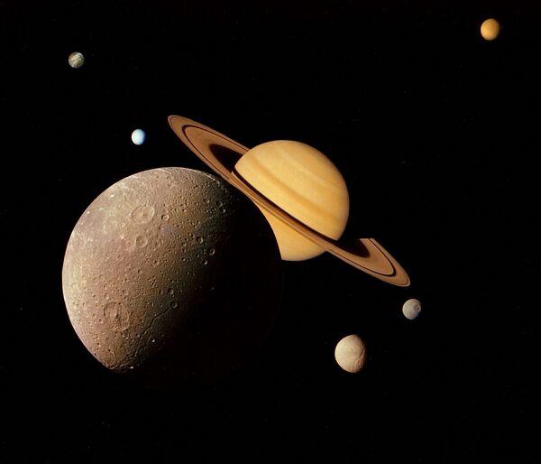 En 1977, les sondes spatiales Voyager 1 et Voyager 2 sont lancées dans le cadre d'un projet de la NASA visant à explorer les planètes externes du Système solaire et leurs satellites. Pour la première fois, la Terre reçoit des images couleur détaillées de planètes externes et des photographies des plus gros satellites de celles-ci. Voyager 1 deviendra le premier artéfact à quitter le Système solaire. Il portera à son bord un message destiné aux civilisations extraterrestres.Sur la photo: des images de Saturne et de son satellite Dioné prises par la sonde Voyager 1. - Sputnik France