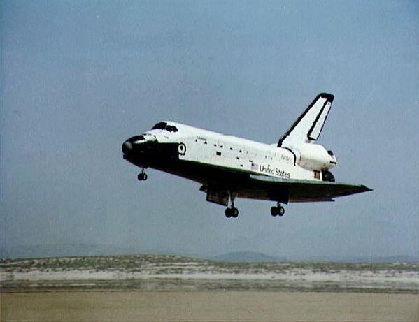 Le programme Space Transportation System de la NASA est une toute nouvelle étape de l'aéronautique. Au total, cinq engins spatiaux sont créés: Endeavour, Atlantis, Discovery, Challenger et Columbia. Les deux derniers se désintégreront, entraînant la mort de leurs équipages. Entre 1981 et 2011, les navettes effectueront 135 vols.Sur la photo: la navette spatiale Columbia lors d'un atterrissage en 1981 en Californie. - Sputnik France