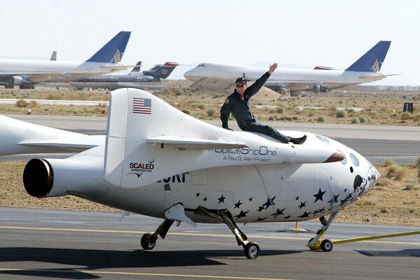 Le 29 mai 2003, l'avion privé SpaceShipOne effectue son premier vol au-dessus de l'atmosphère terrestre, ouvrant ainsi l'espace aux voyages privés. L'appareil, qui effectuera au total 17 vols (le dernier date du 4 octobre 2004), est conservé au National Air and Space Museum à Washington.Sur la photo: Michael Melvill, un des quatre pilotes de SpaceShipOne, après son atterrissage à l'aéroport de Mojave, en Californie, le 21 juillet 2004. - Sputnik France
