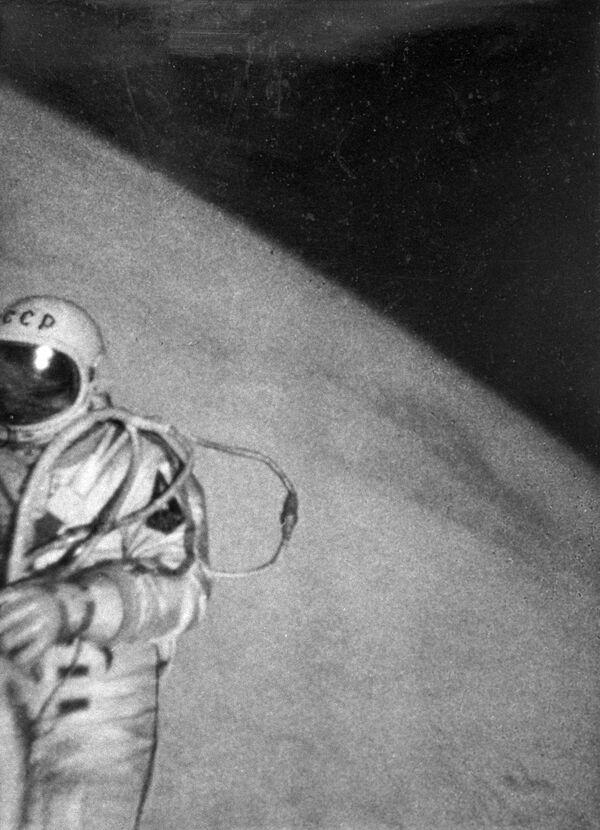 Le 18 mars 1965, une sortie extravéhiculaire a lieu pour la première fois de l'histoire de l'aéronautique. Elle a été réalisée par le cosmonaute soviétique Alexeï Leonov (sur la photo) dans le cadre de la mission Voskhod 2 les 18 et 19 mars 1965. - Sputnik France