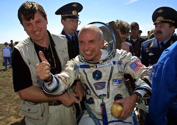 Dennis Tito, homme d'affaires américain et multimillionnaire d'origine italienne, est le premier touriste spatial. Le 28 avril 2001, il part depuis le cosmodrome de Baïkonour vers l'ISS à bord du vaisseau Soyouz TM-32 avec deux cosmonautes russes pour revenir sur Terre le 6 mai. Le touriste spatial déboursera 20 millions de dollars pour ce voyage qui durera près de huit jours. - Sputnik France