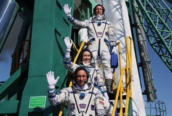 Des membres de l'équipage avant le lancement du vaisseau spatial Soyouz MS-19 depuis le cosmodrome de Baïkonour. - Sputnik France