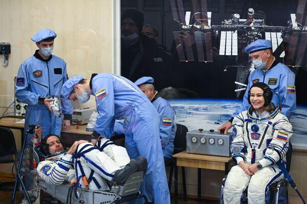 Pour la première fois dans l'histoire des vols spatiaux, le Soyouz est piloté par un seul commandant, sans l'aide d'un ingénieur de vol professionnel. La composition de l'équipage du vaisseau spatial est elle aussi exceptionnelle: outre le cosmonaute Anton Chkaplerov, il comprend l'actrice Ioulia Peressild et le réalisateur Klim Chipenko.Sur la photo: l'actrice Ioulia Peressild et le réalisateur Klim Chipenko mettent des scaphandres avant le lancement du vaisseau spatial Soyouz MS-19 depuis le cosmodrome de Baïkonour. - Sputnik France