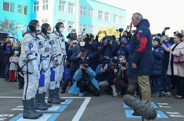 L'équipe travaillera sur plusieurs séquences de Défi, premier film de fiction à être tourné dans l'espace.Sur la photo: les membres de l'équipage avant le lancement du vaisseau spatial Soyouz MS-19 depuis le cosmodrome de Baïkonour. - Sputnik France