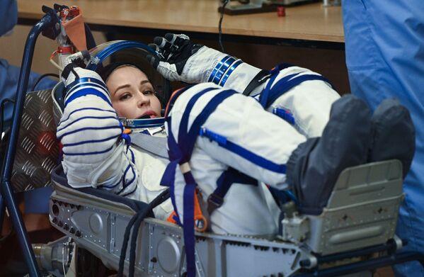 L'actrice Ioulia Peressild en train de mettre son scaphandre avant le lancement du vaisseau spatial Soyouz MS-19 depuis le cosmodrome de Baïkonour. - Sputnik France