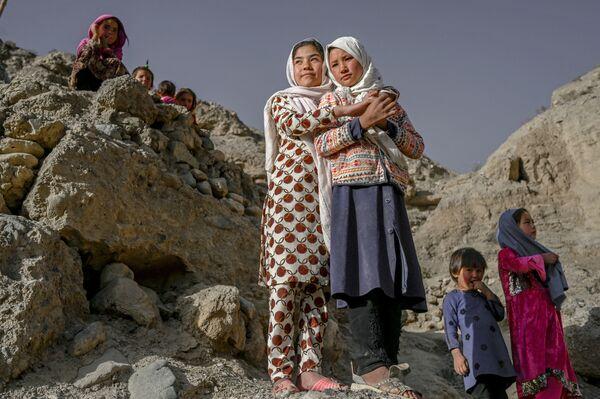Il y a des années, des milliers d'Afghans qui avaient quitté leurs villages dévastés ont trouvé refuge dans les grottes de Bamiyan, dans le centre du pays. Actuellement, aussi bien des déplacés que des réfugiés expulsés des pays voisins vivent dans ces grottes. Cependant, la majorité de la population est constituée de Hazaras, peuple de langue iranienne d'origine mixte turco-irano-mongole, adepte de l'islam chiite.Sur la photo: des Hazaras dans les grottes où ils vivent depuis de nombreuses années. - Sputnik France