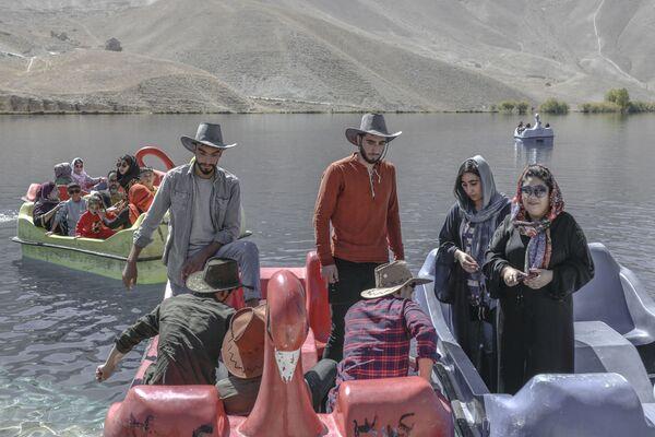 Ces personnes ne reçoivent aucun soutien. Si auparavant le gouvernement afghan et les organisations internationales leur fournissaient une assistance minimale, avec l'avènement du régime taliban*, leur situation est devenue encore plus désespérée. De plus, selon de récentes informations, les talibans* se sont mis à persécuter les Hazaras.Sur la photo: des habitants de Bamiyan se reposent sur le lac de Band-e Amir. - Sputnik France