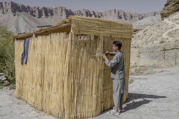 Les monastères bouddhistes sont apparus dans la vallée de Bamiyan au IIe siècle. Ils étaient taillés directement dans la roche. Les murs et les plafonds étaient ornés de fresques avant même que ce procédé ne soit connu en Europe.Sur la photo: un habitant de Bamiyan devant une cabane au toit de chaume sur les rives du lac de Band-e Amir. - Sputnik France