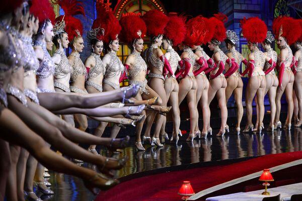 Les danseuses du Moulin Rouge se sont retrouvées six fois dans le Livre Guinness des records, notamment pour le plus grand nombre de ronds de jambe.Sur la photo: danseuses du Moulin Rouge tentant d'établir le record du monde du nombre de ronds de jambe en 30 secondes, 2014. - Sputnik France