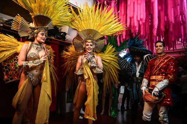 Le Moulin Rouge attire non seulement la classe moyenne, mais aussi les artistes. C'est le cas d'Henri de Toulouse-Lautrec, qui peint de nombreuses affiches de cabaret et immortalise les danseuses sur ses toiles, d'Oscar Wilde ou de Pablo Picasso, mais aussi des aristocrates et même du prince de Galles, héritier du trône britannique.Sur la photo: danseuses du Moulin Rouge avant une répétition. - Sputnik France