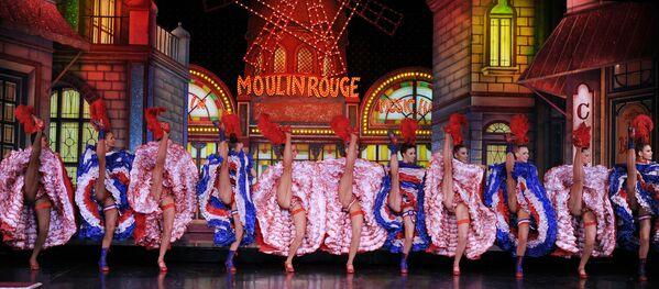 Louise Weber, dite La Goulue, est une vraie star du Moulin Rouge. Avec son partenaire Jules Renaudin, surnommé Valentin le Désossé, elle crée une véritable féérie sur la scène du cabaret.Sur la photo: des danseuses du Moulin Rouge établissent le record du monde du nombre de ronds de jambe, 2010. - Sputnik France