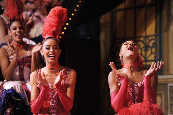 Le Moulin Rouge peut à juste titre être considéré comme le berceau du strip-tease. Selon une version, les danseuses Manon Laville et Sarah Brown apparaissent nues en public pour la première fois en 1893.Sur la photo: danseuses du Moulin Rouge avant de tenter de battre le record du monde du nombre de ronds de jambe. - Sputnik France