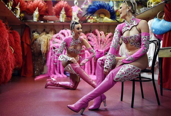 Au fil des ans, le Moulin Rouge devient un véritable temple du music-hall. Des artistes tels qu'Édith Piaf, Maurice Chevalier, Yves Montand, Charles Trenet et Charles Aznavour s'y sont produits.Sur la photo: danseuses du Moulin Rouge avant le spectacle. - Sputnik France