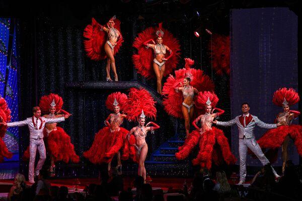 """En 1963, la revue """"Frou Frou"""" rapporte des revenus incroyables au cabaret. Depuis lors, tous les spectacles portent un titre qui commence invariablement par un F. Aujourd'hui, le cabaret présente la revue """"Féérie"""", d'un budget de sept millions de dollars, mettant en vedette les meilleurs danseurs, avec environ 1.000 costumes et des décors somptueux.Sur la photo: répétition au cabaret du Moulin Rouge à Paris. - Sputnik France"""