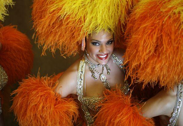 Le Moulin Rouge est aussi le plus grand restaurant du monde. D'une superficie de 1.000 m2, la plus ancienne des trois salles peut accueillir 800 personnes. Des centaines de litres de champagne sont bus à chaque spectacle du Moulin Rouge. Au total, les visiteurs du cabaret consomment environ 240.000 bouteilles de champagne par an. - Sputnik France
