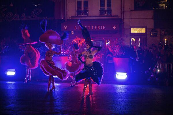 Plusieurs films ont été consacrés au Moulin Rouge, de nombreuses chansons ont été écrites sur le cabaret parisien, dont la plus célèbre est Lady Marmalade, interprétée par Christina Aguilera, Pink, Lil' Kim et Mýa, cette chanson fait partie de la bande originale du film Moulin rouge (2001).Sur la photo: des danseuses du Moulin Rouge lors du 130e anniversaire du cabaret, 2019. - Sputnik France