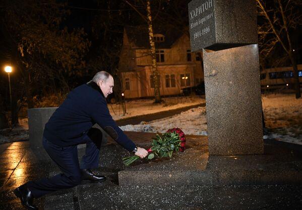 Vladimir Poutine dépose des fleurs au pied du monument consacré à Iouli Khariton à Sarov lors d'un déplacement dans la région de Nijni Novgorod, le 26 novembre 2020. - Sputnik France