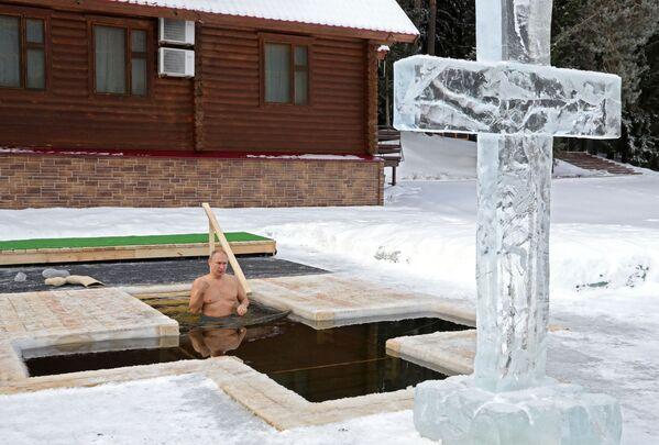 Le Président russe participe au bain de l'Épiphanie dans la région de Moscou, le 19 janvier 2021. - Sputnik France