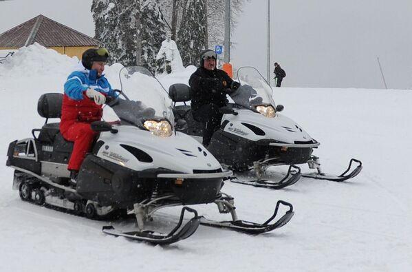 Vladimir Poutine et son homologue biélorusse Alexandre Loukachenko sur des motoneiges à Krasnaïa Poliana, près de Sotchi, le 22 février 2021. - Sputnik France